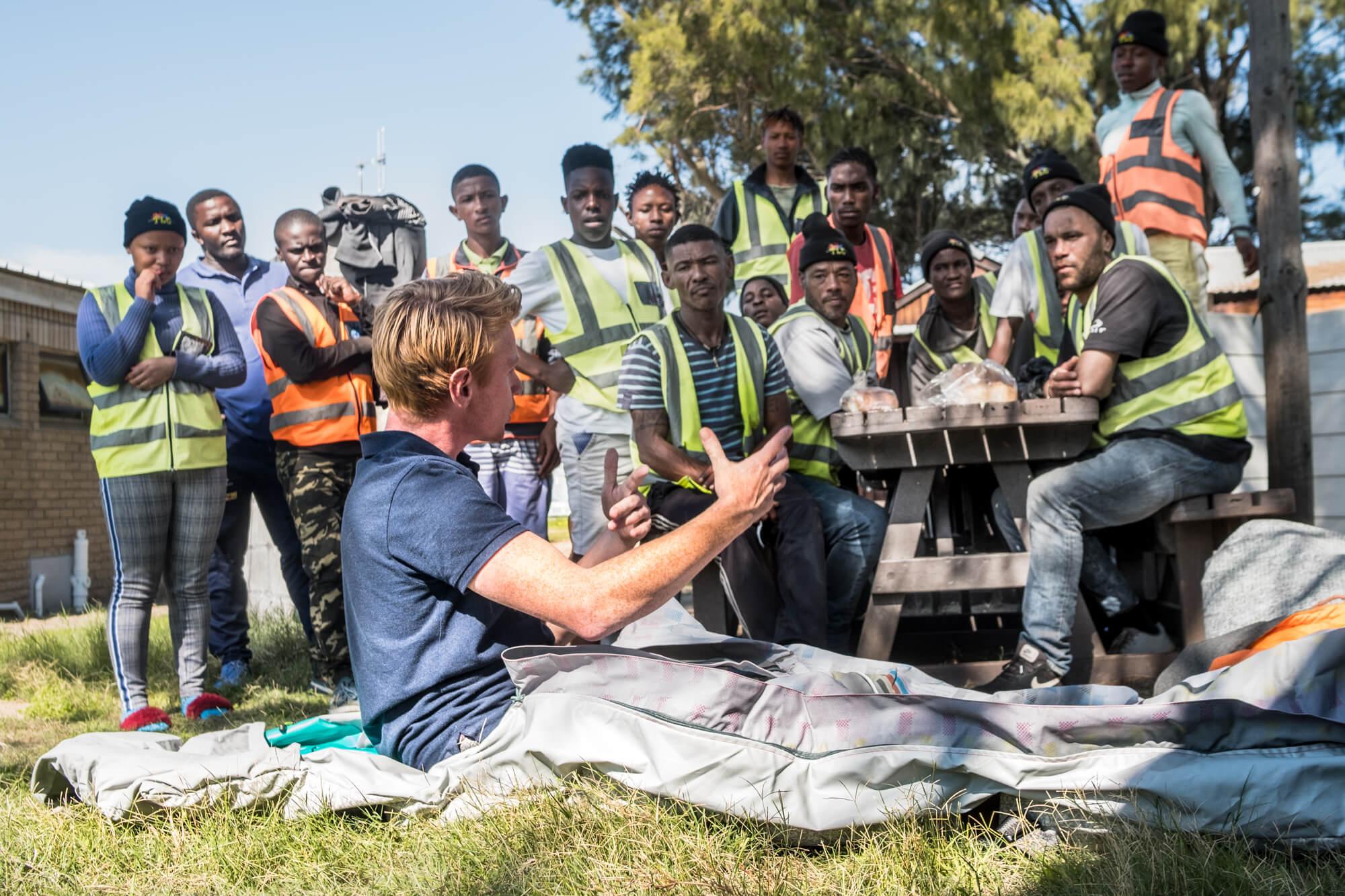 Bas legt de Shelterbag uit bij TLC Outreach