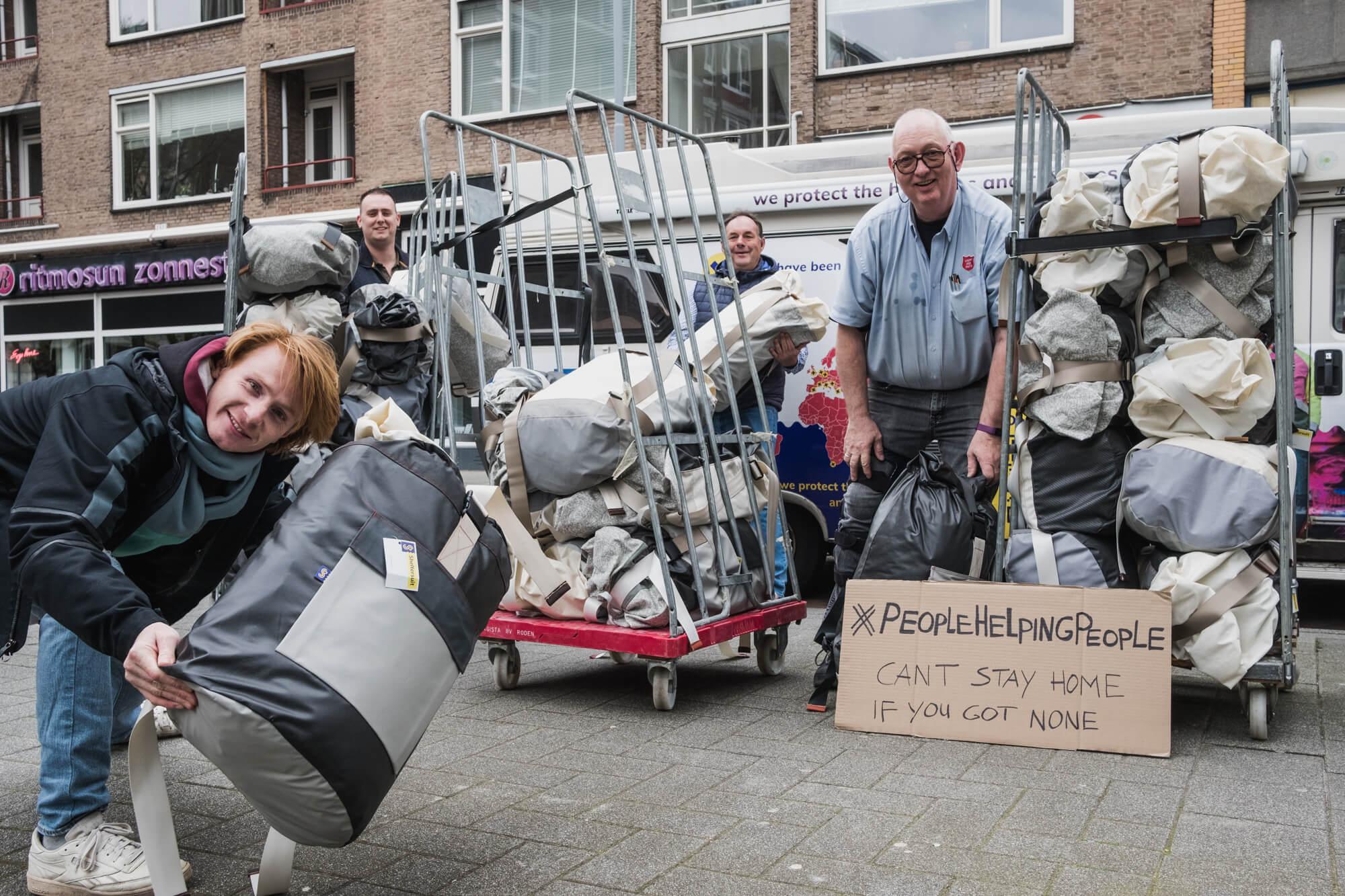 Sheltersuits overhandigen aan het Leger des Heils in Rotterdam.