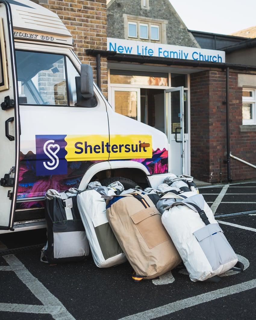 Sheltersuits uitdelen bij de New life Family Church