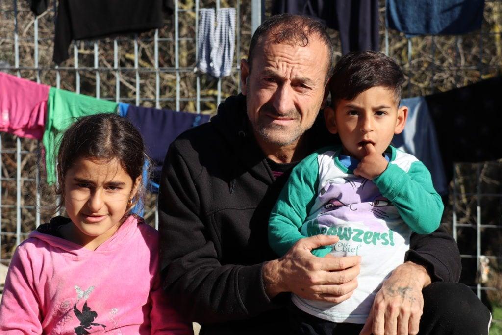 Foto Sheltersuit: een vader is ongerust over de gezondheid van zijn kinderen