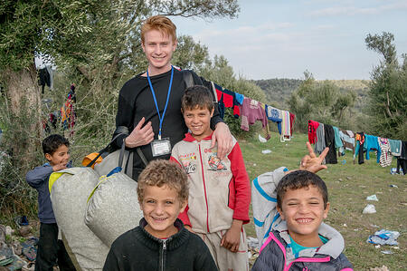 Uitdelen van Sheltersuits in vluchtelingenkampen
