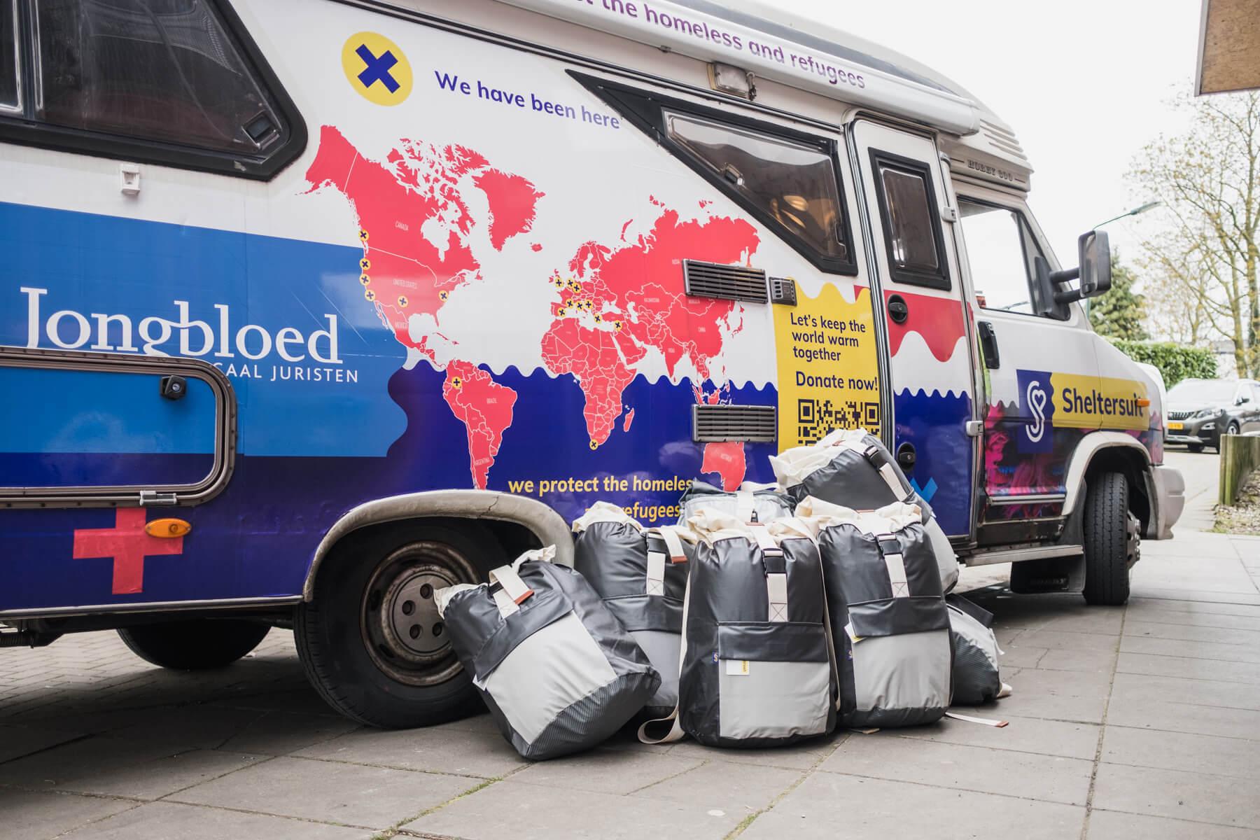 Warm onthaal: 50 Sheltersuits uitgedeeld in Alkmaar