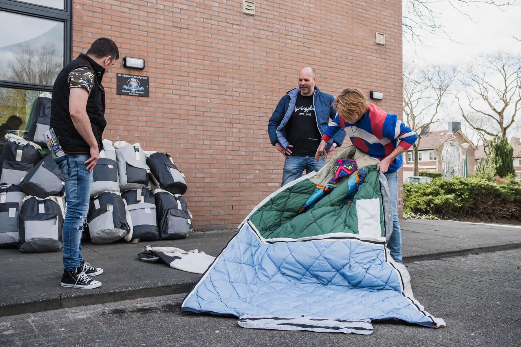 Het werk van Sheltersuit is mogelijk met hulp van daklozenorganisaties